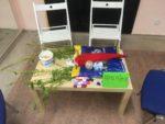 stůl s proutky